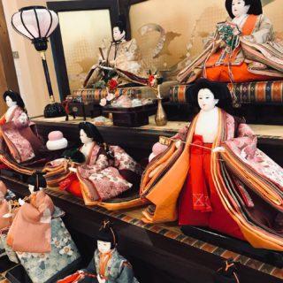 ぶじ節分も終わり 川島旅館にもお雛様を飾りました。 私(女将)は雛人形が大好きなので 毎年同じお雛様を紹介しておりますが、スミマセン。。 「歴史のあるお人形ですか?」と お客様からお声かけ頂くことが多く 選んだ甲斐があるというものです。 節句に向けて、春らしいカフェメニューなども考えていきたいと思います🌸 #川島旅館 #雛祭り